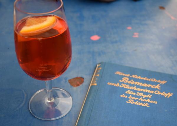 Genuss in der blauen Stunde: Draussen sitzen mit einem Aperol Spritz und einem guten Buch © muehleib