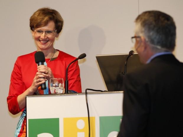 Dr. Margareta Büning-Fesel, Geschäftsführender Vorstand des aid vor zu ihr aufschauendem Moderator. © R. Schubert, aid infodienst